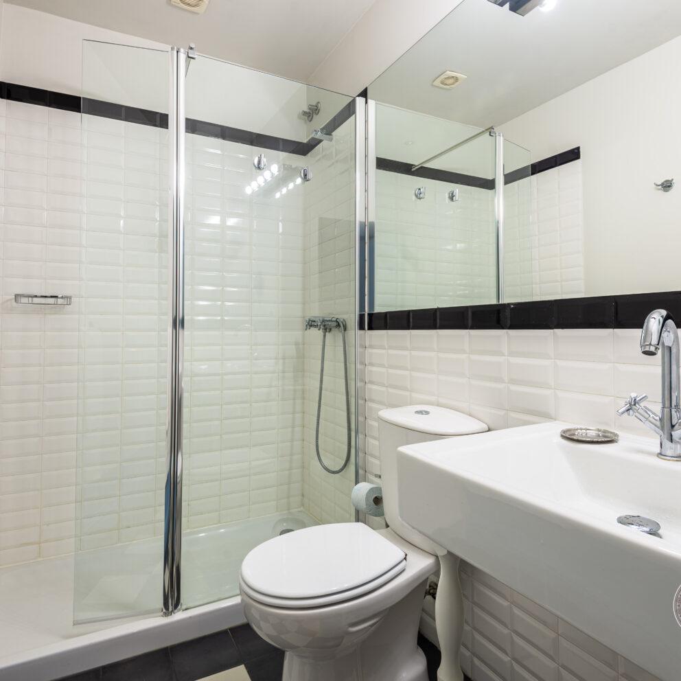 Oleiro modern bathroom